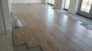 Houtlook tegels 30x120 cm DC1 Bruin in de woonkamer
