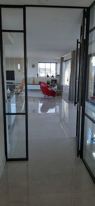 Hoogglans vloertegel 60x120 cm Marmerlook Licht Grijs Wit Nav 2 is mooi op de vloer en wand