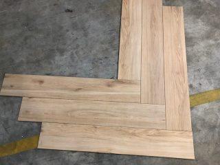 Houtlook tegel visgraat 15x90 cm op de vloer
