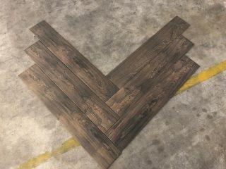 houtlook tegel visgraat donkerbruin