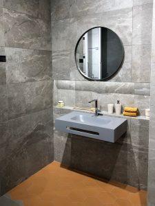 Voor een luxe hotelgevoel kies je het beste voor badkamertegels met rijke structuur zoals marmerlook tegels.