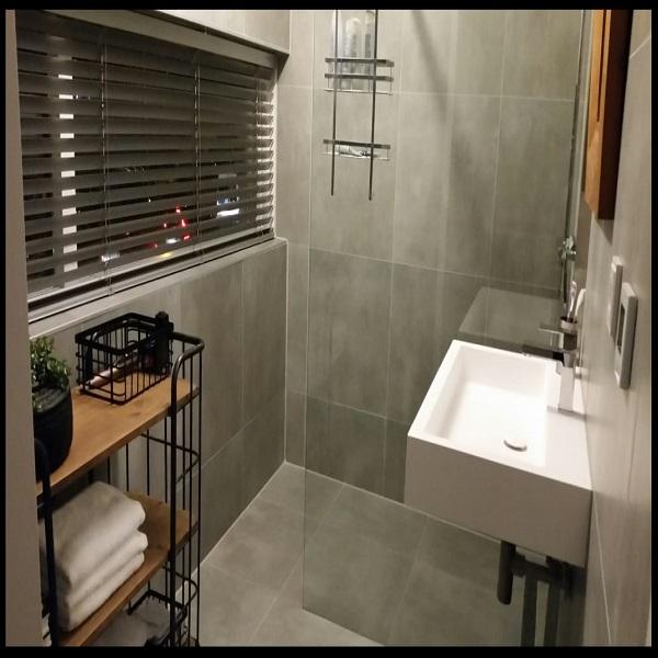 Vloertegel 60x60 cm H97 Fairy Grijs betonlook als badkamertegels gebruikt op de badkamer vloer en wand