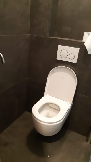 Vloertegel 60x60 cm moss dark grey H94 in het toilet gelegd is ook leverbaar in 30x60 en 90x90 cm
