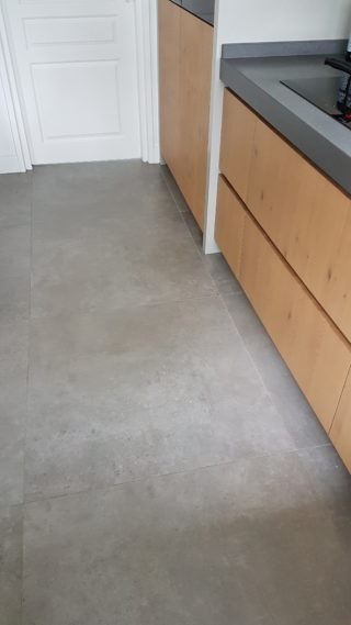 Vloertegel 90x90 cm C26 is mooi op de vloer en wand