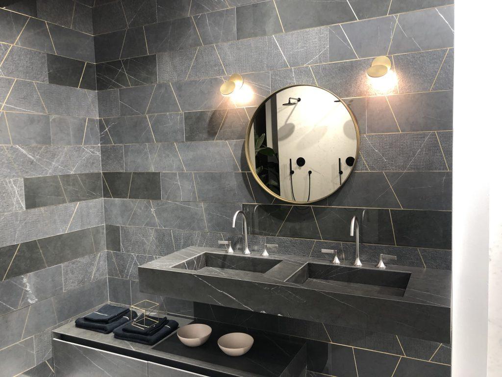 Voor een luxe hotelgevoel kies je het beste voor badkamertegels met rijke structuur zoals marmerlook tegels